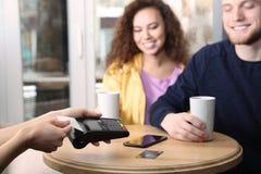 Cliënten die creditcardmachine voor niet-contante betaling met behulp van royalty-vrije stock afbeelding