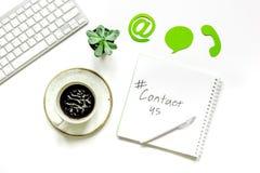 Cliëntondersteunende dienst workdesk met contact ons tekens witte hoogste mening als achtergrond royalty-vrije stock afbeelding