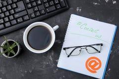 Cli?ntondersteunende dienst Contacteer ons voor terugkoppelen de Desktop met blocnote en de glazen en divers koppelen pictogramme stock afbeeldingen