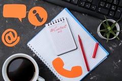 Cli?ntondersteunende dienst Contacteer ons voor terugkoppelen de Desktop met blocnote en de glazen en divers koppelen pictogramme stock foto