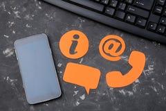 Cli?ntondersteunende dienst Contacteer ons voor terugkoppelen de Desktop met een smartphone en divers koppelt pictogrammen terug  royalty-vrije stock afbeelding