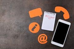 Cli?ntondersteunende dienst Contacteer ons voor terugkoppelen de Desktop met een smartphone en divers koppelt pictogrammen terug  royalty-vrije stock afbeeldingen