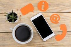 Cli?ntondersteunende dienst Contacteer ons voor terugkoppelen de Desktop met een smartphone en divers koppelt pictogrammen terug  royalty-vrije stock foto's