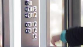 Clic de bouton dans l'ascenseur banque de vidéos