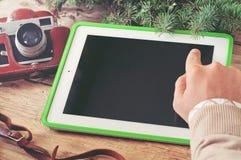 Clic masculin de main la fin de tablette d'écran vide  Image stock