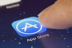 Clicando o ícone de App Store em um iPad Fotografia de Stock
