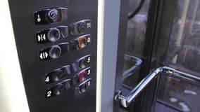 Cliccando sul bottone in un elevatore ed in un ascensore video d archivio