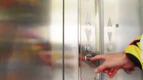 Cliccando sul bottone in un elevatore ed in un ascensore stock footage