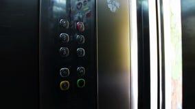 Cliccando sul bottone in un elevatore ed in un ascensore archivi video