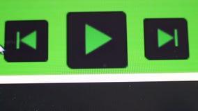 Cliccare tasto di riproduzione sullo schermo di computer video d archivio