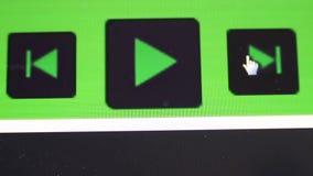 Cliccare tasto di riproduzione sullo schermo di computer archivi video