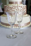 Cálices e bolo de casamento de cristal Fotografia de Stock