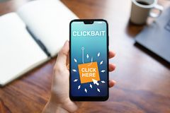 Clickbait, που διαφημίζει, spam εικονίδια στην κινητή τηλεφωνική οθόνη τρισδιάστατη απεικόνιση Διαδίκτυο επιχειρησιακής έννοιας στοκ φωτογραφία με δικαίωμα ελεύθερης χρήσης