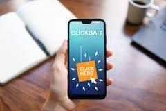 Clickbait som annonserar, skräppostsymboler på mobiltelefonskärmen illustrationinternet för affärsidé 3d royaltyfri fotografi