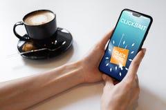 Clickbait som annonserar, skräppostsymboler på mobiltelefonskärmen illustrationinternet för affärsidé 3d arkivbilder