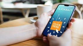 Clickbait som annonserar, skr?ppostsymboler p? mobiltelefonsk?rmen illustrationinternet f?r aff?rsid? 3d arkivfoto