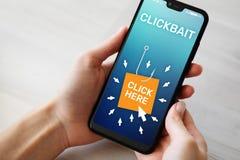 Clickbait som annonserar, skr?ppostsymboler p? mobiltelefonsk?rmen illustrationinternet f?r aff?rsid? 3d royaltyfri fotografi