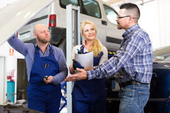 Client arguing at a car repair shop Stock Photo