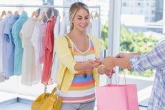Client attirant recevant sa carte de crédit images stock