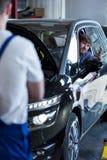 Client au centre de service de voiture Image stock