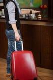 Client avec des bagages sonnant Bell au compteur de réception Photographie stock libre de droits