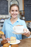 Client d'In Cafe Serving de serveuse avec du café Photos libres de droits