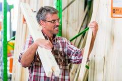 Client dans le département de bois de charpente du magasin de matériel Images stock