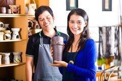 Client dans une boutique asiatique de poterie Photographie stock libre de droits