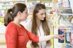 Client dans une pharmacie image stock