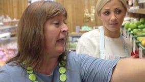 Client de aide auxiliaire au compteur végétal de la boutique de ferme banque de vidéos