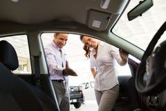Client de concessionnaire automobile Images libres de droits