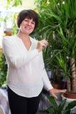 Client de femme décidant du meilleur arbre de yucca Photos stock