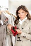 Client de femme retenant le portefeuille ou la bourse vide Photos stock