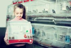 Client de fille revendiquant son achat d'oiseau jaune canari Image stock