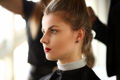 Client de jeune femme obtenant la coupe de cheveux dans le salon de beauté photos stock
