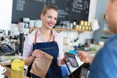 Client de portion de serveuse au café Photos stock