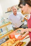Client de portion de Madame dans la boulangerie photos stock