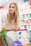 Client de sourire au supermarché photos stock