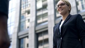 Client de sourire de réunion de femme d'affaires le nouveau, négociations avec l'investisseur, commencent  image libre de droits