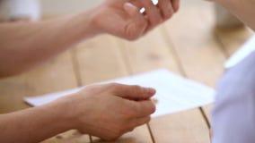 Client et agent immobilier de plan rapproché se serrant la main après la signature du contrat de bail clips vidéos