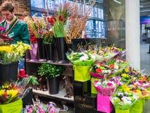 Client et bouquets à l'île des fleurs, station de Saint-Pancras, Londres, R-U Photographie stock libre de droits