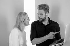Client et concepteur discutant le projet Concept de conception et de visualisation Conception moderne Client satisfait du visuel images stock