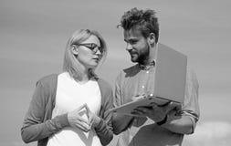 Client et concepteur discutant le projet Concept de couverture d'Internet Acc?s en ligne Homme pr?sent son projet au client photographie stock libre de droits