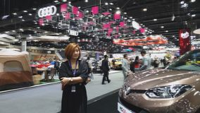 Client et homme d'affaires sur l'affichage à la trente-cinquième expo internationale de moteur de la Thaïlande banque de vidéos