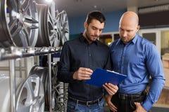 Client et vendeur au service de voiture ou au magasin automatique photo stock