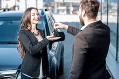 Client et vendeur heureux près de la voiture photo stock