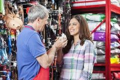 Client et vendeur Holding Guinea Pig dans le magasin d'animal familier images libres de droits