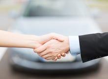 Client et vendeur se serrant la main Image libre de droits