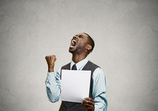 Client fâché, homme exécutif criant tenant le document, papier Photographie stock libre de droits