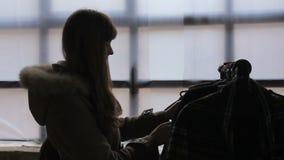 Client féminin choisissant des vêtements au marché local de fabrication, silhouette clips vidéos